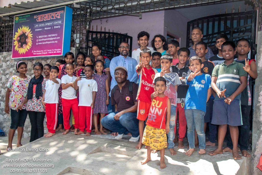 Mason Ewing sostiene l'orfanotrofio Rays of Hope a Navi Mumbai India